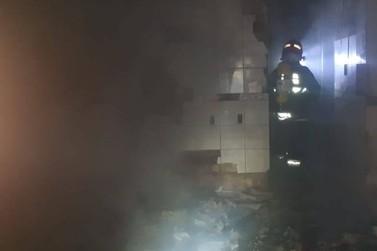 Incêndio destrói residência, mobiliza Bombeiros da região e deixa vítima fatal