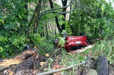 Motorista perde controle da direção e capota veículo na ERS-020, em Igrejinha