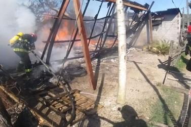 Incêndio destrói casa de madeira no Figueira em Igrejinha; não houve feridos