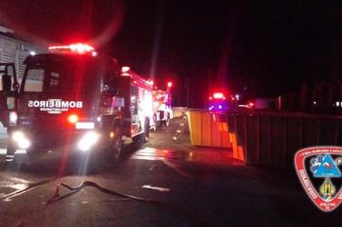 Incêndio atinge fábrica de piscinas às margens da ERS-115 em Igrejinha