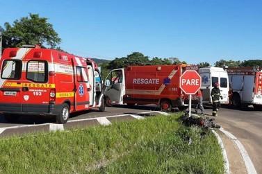 Motociclista fica inconsciente após colidir contra van na ERS-115, em Igrejinha
