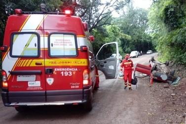 Motorista fica inconsciente após capotar o carro no interior de Igrejinha