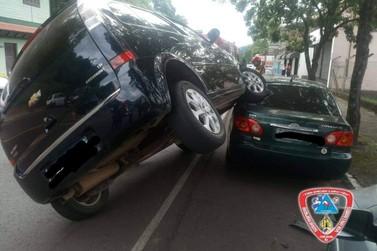 Acidente de trânsito com colisão deixa veículos sobrepostos em Igrejinha