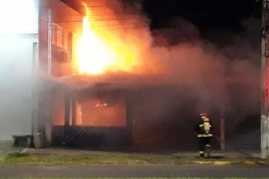 Incêndio destrói lancheria que funcionava dentro de contêiner em Igrejinha
