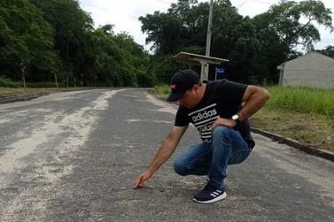 Vereador Marivaldo Leal critica qualidade do asfalto na localidade de Solitária