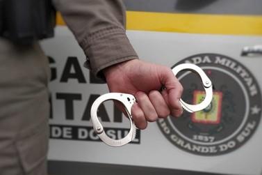 Brigada Militar de Igrejinha prende casal de jovens com drogas
