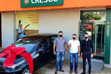 Cresol entrega veículo 0 km à associado sorteado em campanha