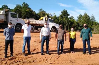Junto ao sócio da Ambiente Verde, Neidi Zeni visita novo Distrito Industrial