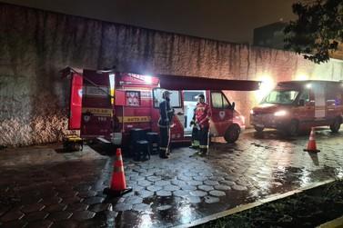 Bombeiros Voluntários de Igrejinha reforçam combate a incêndio na sede da SSP-RS