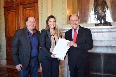 Abaixo-assinado contra aumento do pedágio é entregue a governador
