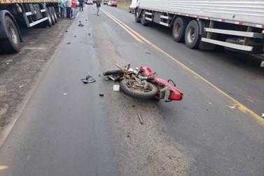 Acidente grave entre uma moto e caminhão na PR 092 em Siqueira Campos