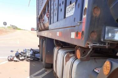 Acidente grave entre uma motocicleta e um caminhão no trevo da Dacalda