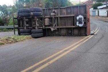Caminhão carregado de adubo químico tombou no viaduto em Jacarezinho