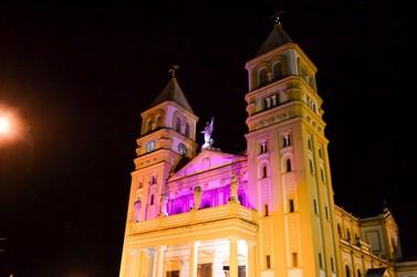 Catedral de Jacarezinho ganhou iluminação colorida para Outubro Rosa