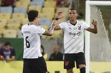 Com dois gols Athletico-PR vence o Fluminense de virada no Maracanã