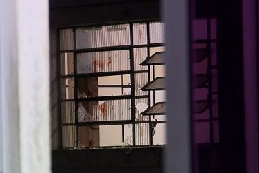 Homem quebra janela e invade delegacia para escapar de assaltantes, em Curitiba