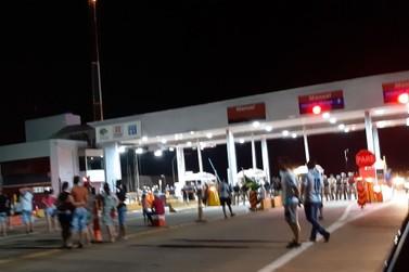 """Manifestantes """"abrem"""" pedágio de Jataizinho em protesto nesse domingo (13)"""