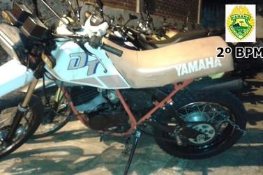 Motocicleta é apreendida após denúncias condutor empiná-la