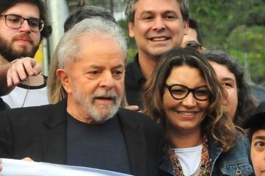 """Lula passa a noite em Curitiba e namorada comemora: """"Sextou"""""""