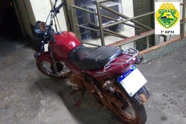 Menor cai de moto durante fuga e é apreendido pela PM em Jacarezinho