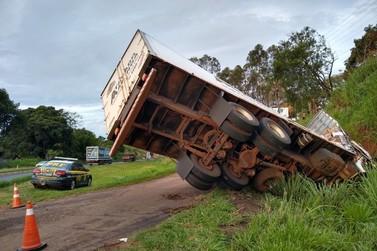 Caminhão tomba no trevo da BR 153 com avenida Brasil em Jacarezinho