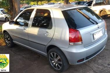 Condutor tenta fugir e tem carro apreendido por pendências em Jacarezinho