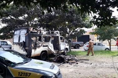 Corpo é encontrado dentro de van destruída por incêndio em Siqueira Campos