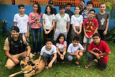 Equipe de Operações com cães apresenta em uma escola de Ribeirão Claro