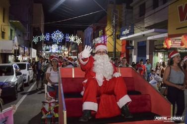 Jacarezinho recebe Papai Noel em ritmo de Boas Festas