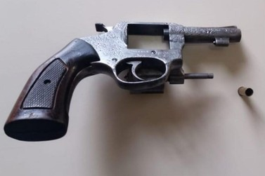 Revólver, calibre 32, foi apreendido em Siqueira Campos nesta sexta-feira (29)