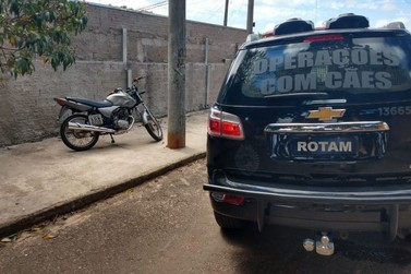 Grupo foge e motocicleta é apreendida na vila Scylas de Jacarezinho