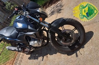 Polícia apreende motociclista sem CNH após ele empinar em Ribeirão do Pinhal