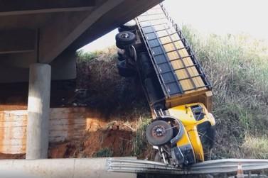 Caminhão bate em defensa metálica e cai de viaduto em Piraju