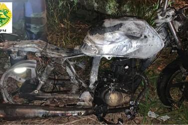 Moto furtada é encontrada queimada na Vila Rosa em Jacarezinho