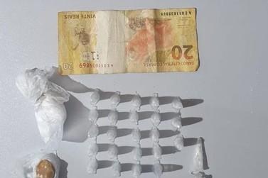 Jovem é preso por tráfico de drogas na Vila Syllas em Jacarezinho