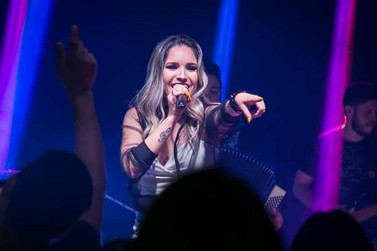 O melhor da música sertaneja online com Day Domingues nesta quinta-feira (26)