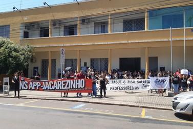 Professores realizam manifestação em frente da Prefeitura de Jacarezinho