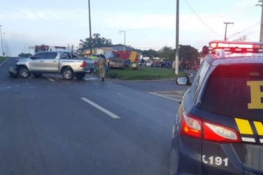 Colisão entre carros deixa motorista ferido em trevo de Santo Antônio da Platina