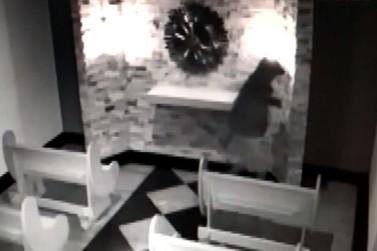Homem invade igreja e tenta furtar doações dentro de baú em S. A. da Platina