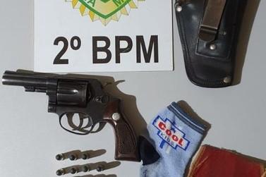 PM prende homem com arma de fogo e drogas em Jacarezinho