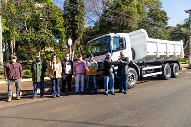 Prefeitura de Ribeirão Claro recebe novo caminhão para frota municipal