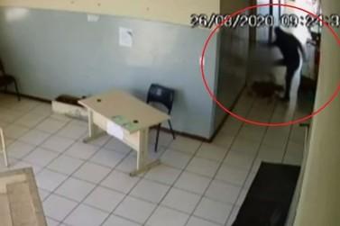 Homem que agrediu mulher em posto de saúde em Jacarezinho está foragido