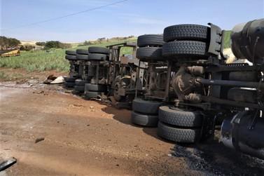 Motorista morre após caminhão tombar entre Sto Ant. da Platina e Barra do Jacaré
