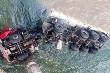Caminhão cai de ponte e motorista morre no Norte do Paraná