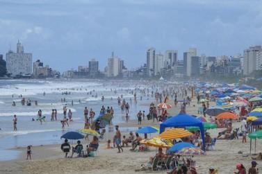 Praias do Paraná ficam lotadas no primeiro domingo do ano