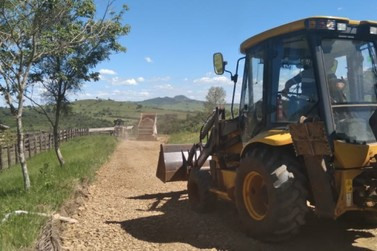 Estradas rurais do Monjolinho e mais 3 bairros de Jacarezinho recebem manutenção