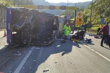 Acidente com ônibus do time de futsal de Umuarama mata duas pessoas na BR-376