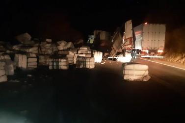Caminhão carregado com algodão bate contra barranco, na BR-153, em Jacarezinho
