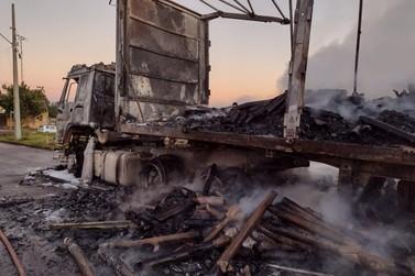 Caminhão carregado com papelão fica destruído após pegar fogo, nesta quinta (22)