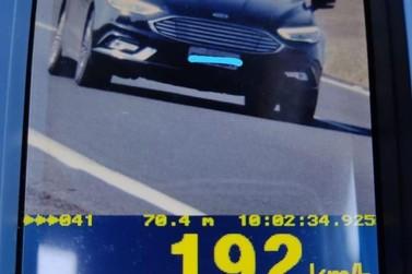Motorista é flagrado a quase 200 km/h em rodovia de Santa Cruz do Rio Pardo